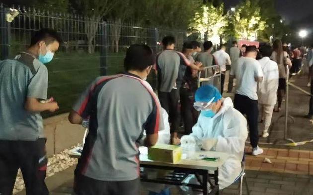 从昨天开始,顺丰快递小哥陆续抵达北京各区核酸检测点,接受核酸检测。顺丰供图