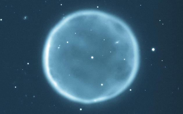 图中是 Abell 39行星星云,直径大约5光年,距离地球大约7000光年。