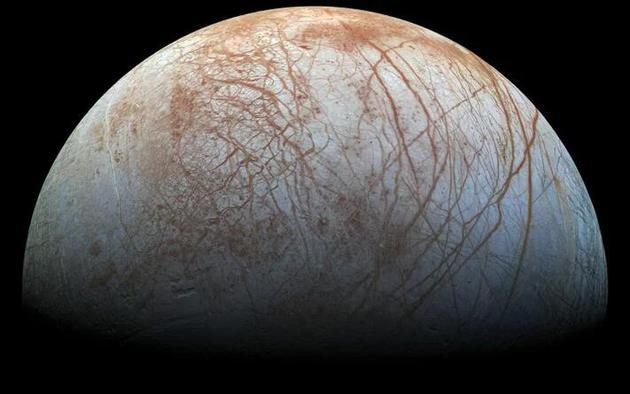 在一些冰冻星球上,外星人可能就生活在神秘的冰下海洋中。