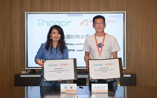 荣耀销售与服务部长倪嘉悦和天猫消费者电子事业部总经理吹雪签约