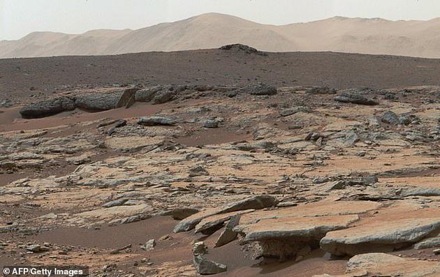 这些发现不仅暗示着在火星上发现生命的可能性,而且表明在人类登陆火星的过程,存在着将地球细菌带到火星造成污染的风险