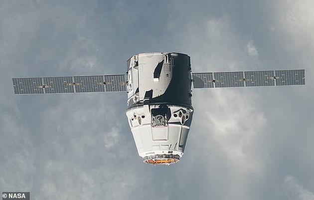 """最新钻研通知表现,SpaceX公司Dragon飞船的油漆能够是""""罪魁祸首"""",会影响空间站太阳能电池板,并且损坏实验。"""
