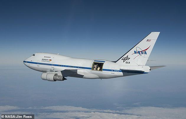 NASA研究人员通过一架特殊的飞机(如图所示,通过飞机后机身敞开的舱门可以看到望远镜)携带的望远镜观测到了人马座A*周围的磁场