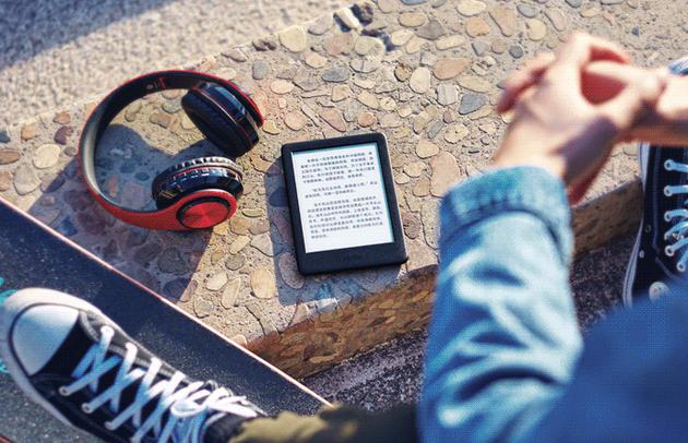 亚马逊新Kindle标配了阅读灯 爱看电子书就避不开了