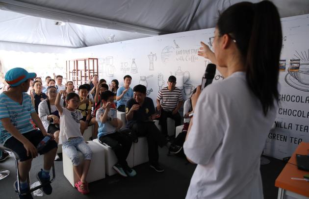 贾永楠老师通过无人机的生动实例引出观众对集群行为控制的思考