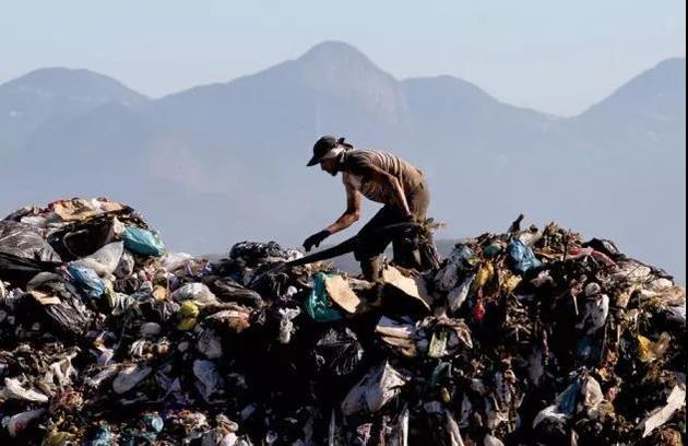 这是位于巴西里约热内卢的Jardim Gramacho垃圾填埋场,每天运往这里的垃圾超过10,000吨,目前这里已被填满。来源:SERGIO MORAES/REUTERS