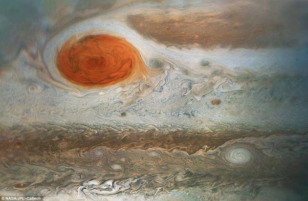 这张照片其实是朱诺号4月1日第12次近距离飞越木星时拍摄的三张照片的合成图,摄于美国东部时间上午6时09分至6时24分之间。