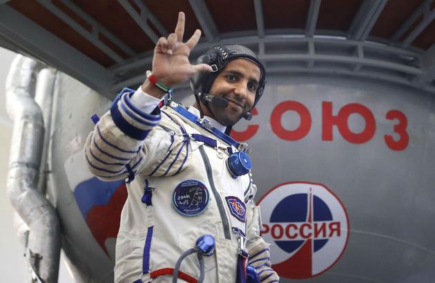 曼苏里,阿联酋太空第一人,登舱前站在联合号火箭前挥手致意
