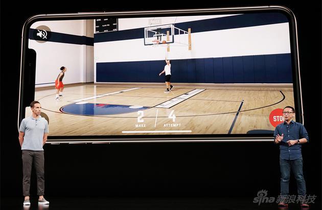 发布会上为了表现AI实时学习能力,选了《HomeCourt》应用,并找来前NBA明星纳什(左)来讲解