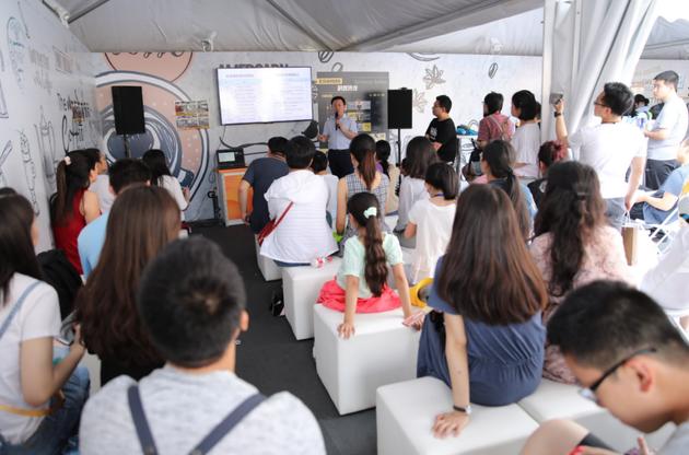 王继宏老师向大家介绍机器人与人类应有的关系,现场座无虚席