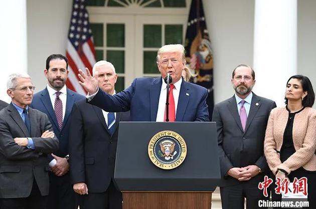 """资料图:当地时间3月13日,美国总统特朗普在白宫宣布""""国家紧急状态"""",应对新冠肺炎疫情。中新社记者 陈孟统 摄"""