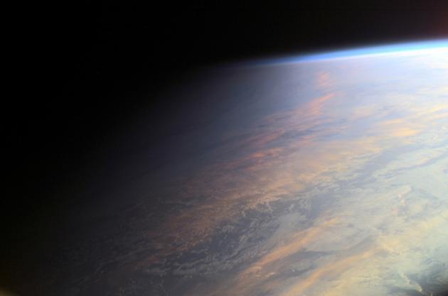 图中是从地球上空拍摄的薄暮,表现从白天到黑夜的逐渐过渡,吸引着人们的想象,他们认为系生手星的过渡地带能够存在地外生命,这边有生命宜居的大气层,能够是系生手星最有能够存在生命的区域。