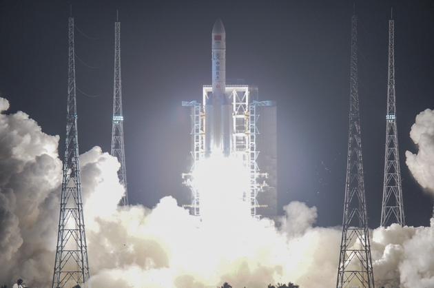 ▲2016年11月03日,海南省文昌市,20时43分,中国最大推力新一代运载火箭长征五号,在中国文昌航天发射场点火起飞,约30分钟后,载荷组相符体与火箭成功别离,进入预定轨道,长征五号运载火箭首次发射义务取得完善成功。