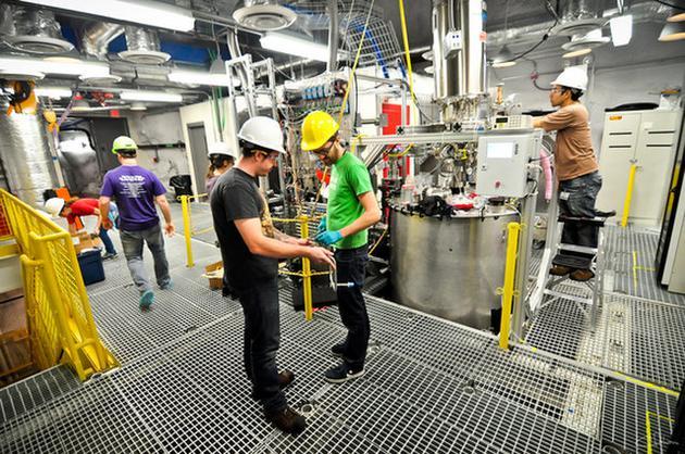 美国南达科达州的钻研人员正在1.6千米的地下进走着LUX-ZEPLIN实验的施工