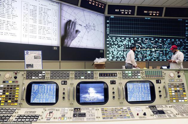 """助推器系统工程师的控制台位于第一排的第一个位置。控制台第一排被称为""""战壕"""",在工人们继续修复阿波罗任务控制室的时候,从这里可以看到显示屏和投影屏幕。"""