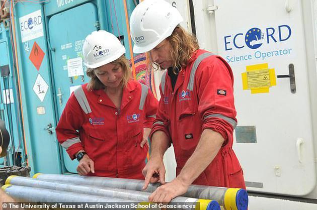 图中是来自英国伦敦帝国理工学院的肖恩•古力克教授(图右)和乔安娜•摩根教授(图左),他们正在分析2016年海底采集的岩芯样本。