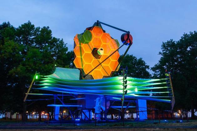图为彩灯装饰的詹姆斯·韦伯望远镜一比一模型。