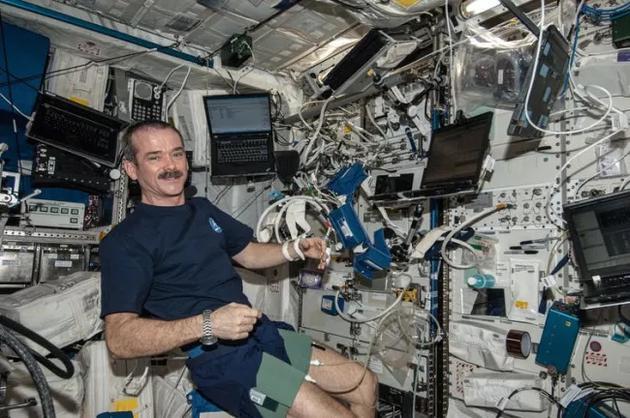 宇航员克里斯·哈德菲尔德在国际空间站使用心脏实验室