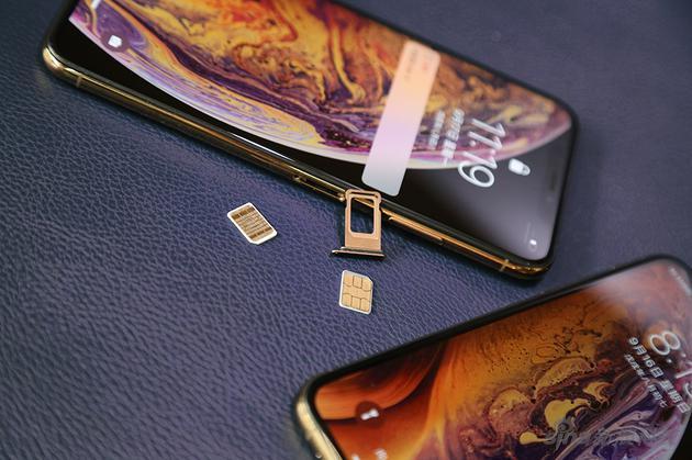 与安卓手机常用的长条双卡槽不同的是,iPhone XS Max是正反位卡槽