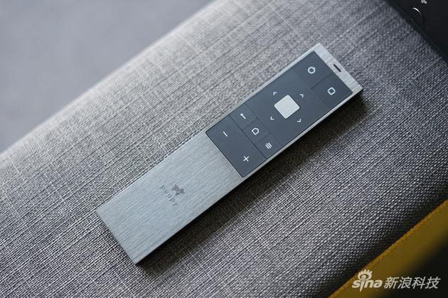 金属拉丝风格的遥控器颇具质感