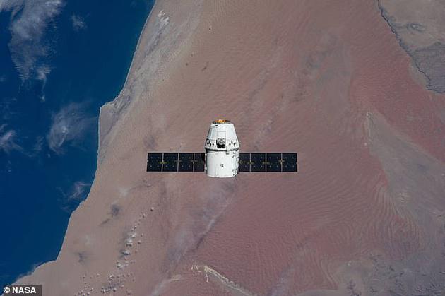 国际空间站污浊物质最有能够来自Dragon飞船上的油漆。该飞船均喷涂着白漆,这能够是题目的关键。