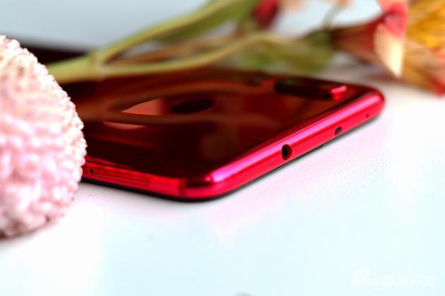 手机顶部的3.5毫米耳机孔(左)和距离传感器(右)
