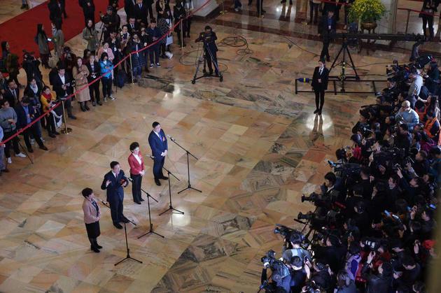 """3月3日,人民大会堂,4名全国政协委员在""""委员通道""""接受采访。摄影/新京报记者 陶冉"""