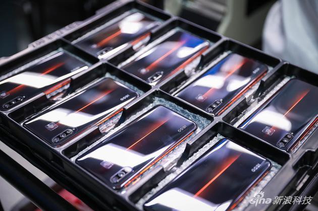 在工廠準備出場的iQOO手機