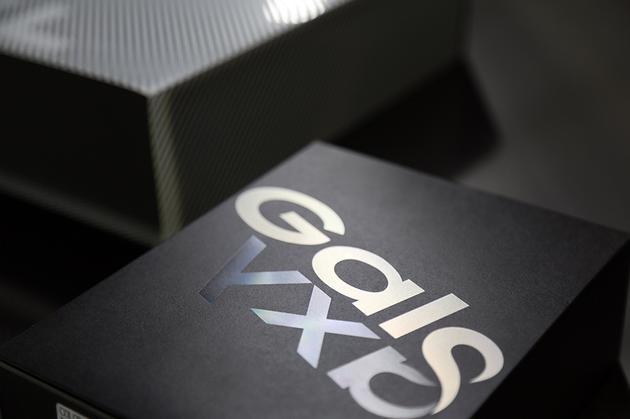 这次Galaxy Fold的包装相当豪华,关注顶部开箱视频,从撕膜开始了解。