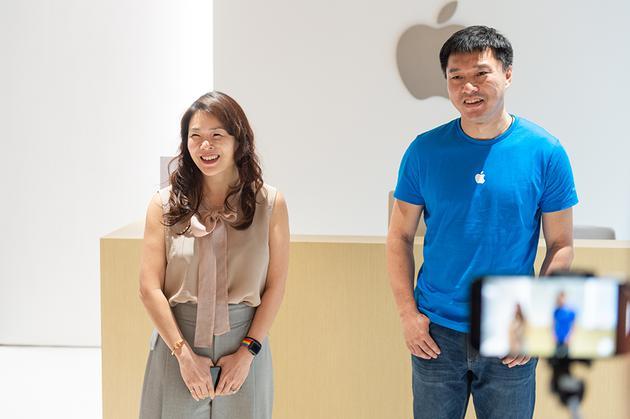 苹果大中华区董事总经理葛越和苹果大中华区开发者关系负责人谢恩伟
