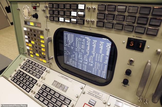 """在助推器系统工程师的控制台上,屏幕显示的时模拟遥测数据。这是第一排的第一个位置,称为""""战壕"""""""