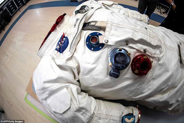 在阿姆斯特朗和奥尔德林离开登月舱时,阿波罗11号指挥舱飞行员迈克尔·柯林斯仍留在月球轨道上。这是他的宇航服,目前作为登月50周年的纪念展品。