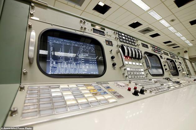 仪器和通信官在控制台上的位置,位于第三排第11位,可以看到旋钮和其他控制装置
