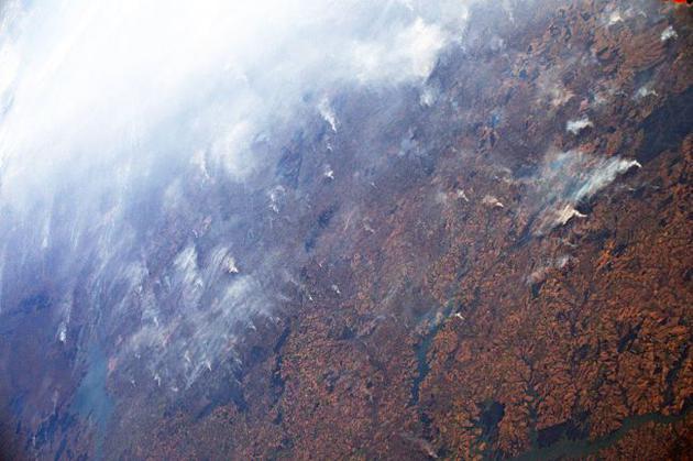 圖為宇航員從國際空間站拍攝的亞馬遜雨林大火景象