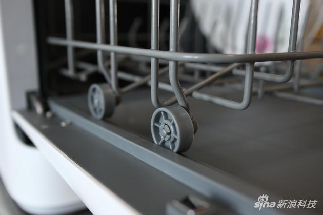 下层拉篮设计了滑轨和滚轮