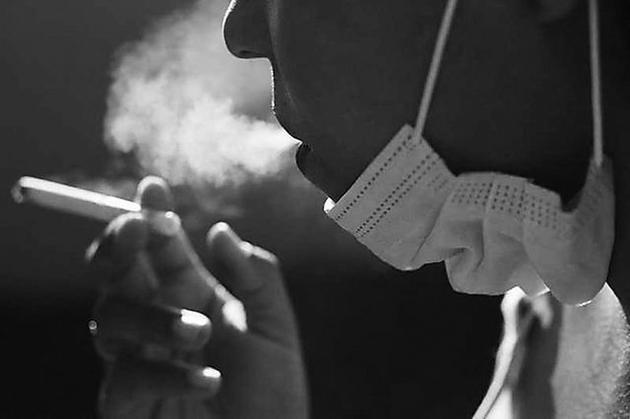 吸烟的人似乎更容易出现新冠肺炎症状。 图片来源:Courtney Africa