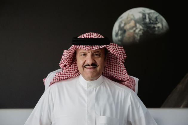 苏尔坦王子在沙特航天局办公室,背后为从月球拍摄的地球照片