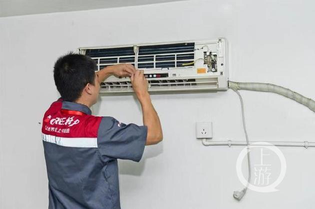△维修人员正在清洗空调。