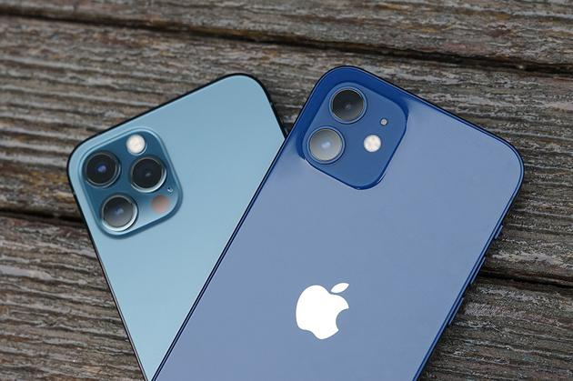 iPhone 12 Pro(左)和iPhone 12(右) 的摄像头