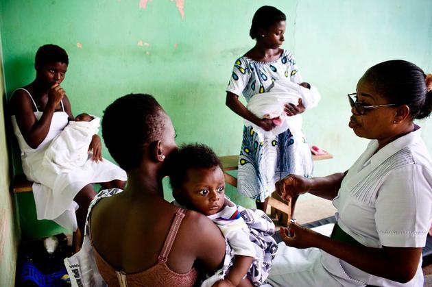 图为非洲加纳一家健康中心的护士正在讲解家庭计生知识。