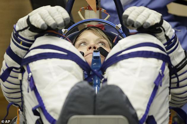 俄罗斯宇航团队正在检查安妮·麦克莱恩的宇航服