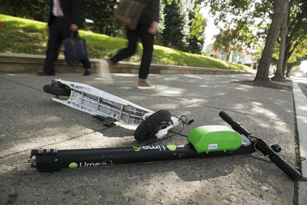 被损坏的Lime共享电动滑板