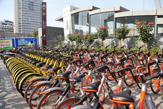 2017年,河南省郑州市地铁2号线黄河路站A出口,数百辆摩拜、OFO公司旗下的共享单车将地铁站「围困」