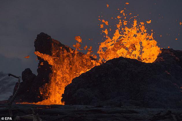 在一场持续将近100万年的大型火山喷发中,大量的有毒化学物质释放到了大气中,破坏了臭氧层。