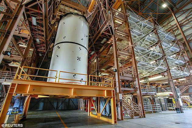 图中是位于美国宇航局肯尼迪太空中心的太空发射系统固体火箭助推器,这是火箭助推器的一部分。