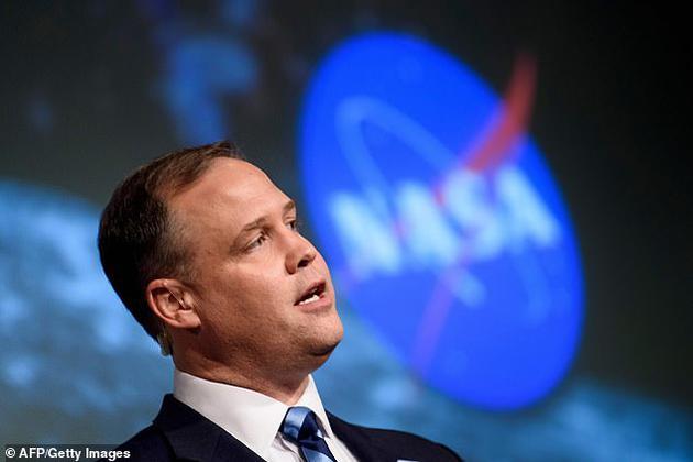 美国宇航局局长吉姆__布里登斯廷称,2020年太空预算比2019年增加了近6%,美国宇航局正在按照计划有序进行,预计2028年之前让人类重返月球。