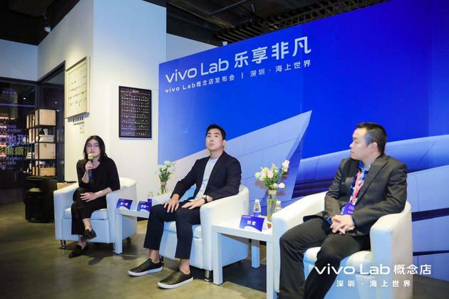 vivo品牌战略高级总监黄善一(中)和vivo副总裁刘宏(右)