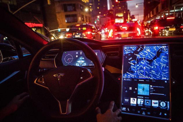 特斯拉更新Autopilot功能引发安全担忧 违反法律超车