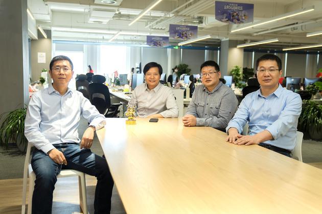 杨柘(左三)与雷军、卢伟冰