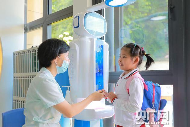 负责晨检的AI机器人,可以帮助小朋友完成身高、体重、体温、手足口检测等(央广网发 通讯员供图)